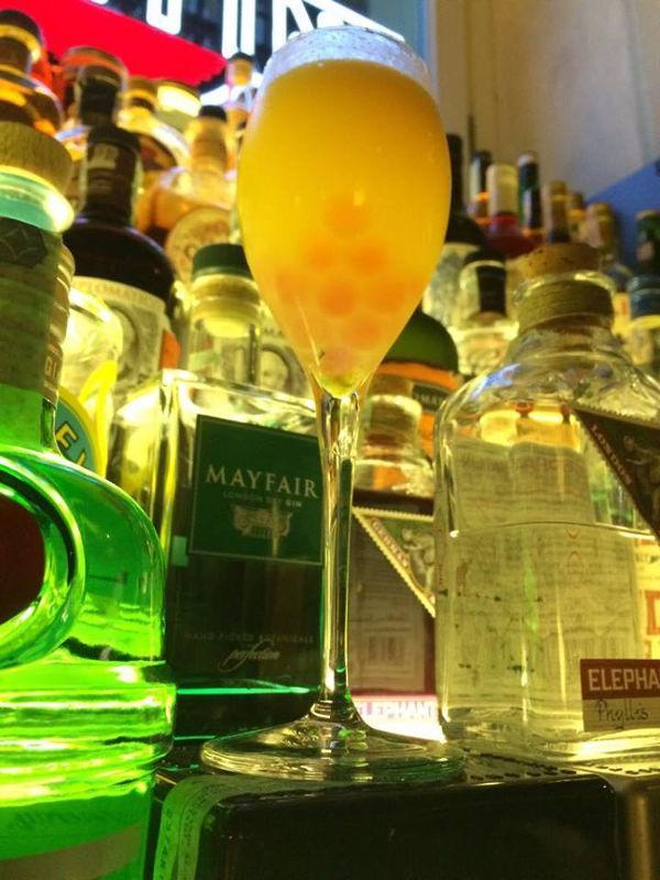 La creazione di un nuovo cocktail si trasforma in un for Perla arredamenti santa maria degli angeli