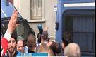 Milano, blindata la sede di Forza Nuova: gli antifascisti cantano Bella Ciao - La Repubblica