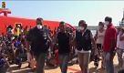 Migranti: ne sbarcano altri 360 a Pozzallo, fermato un presunto scafista - La Repubblica