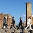 "Pompei, i turisti imitano i Beatles di ""Abbey Road"""