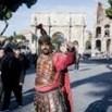 Roma, i centurioni tornano al Colosseo per un giorno. Ordinanza rinnovata in serata